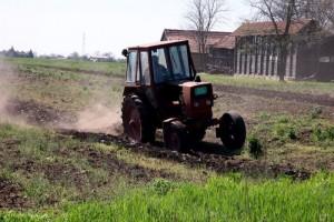 Srpske njive oru zastareli traktori