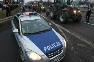 Seljaci stotinama traktora blokiraju prilaze Varšavi