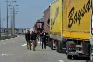 Kamioni sa kvarljivom robom zaglavljeni na Batrovcima